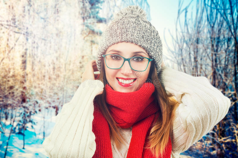 Fille de sourire heureuse en parc d'hiver image stock