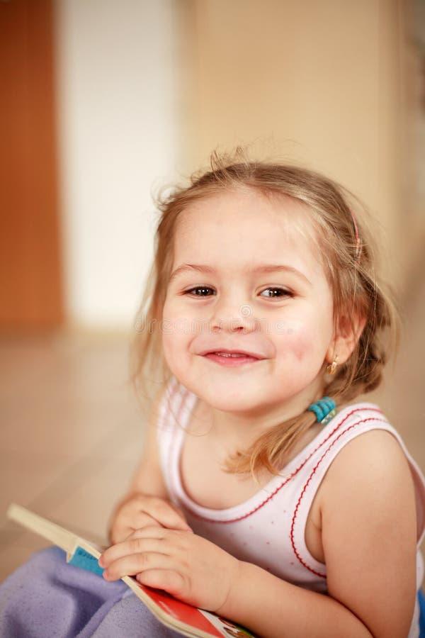 Fille de sourire mignonne image stock