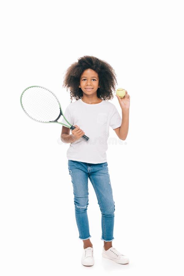 fille de sourire mignonne d'afro-américain tenant la raquette de tennis avec la boule photos stock