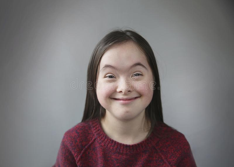 Fille de sourire mignonne de syndrome de Down image libre de droits