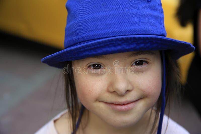 Fille de sourire mignonne de syndrome de Down sur le fond du taxi image libre de droits