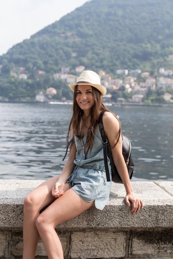 Fille de sourire par le lac photos libres de droits