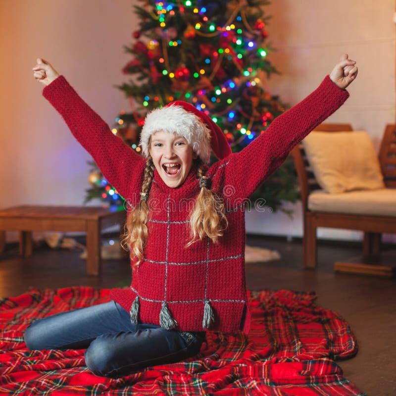 Fille de sourire près d'arbre de Noël à la maison photo libre de droits