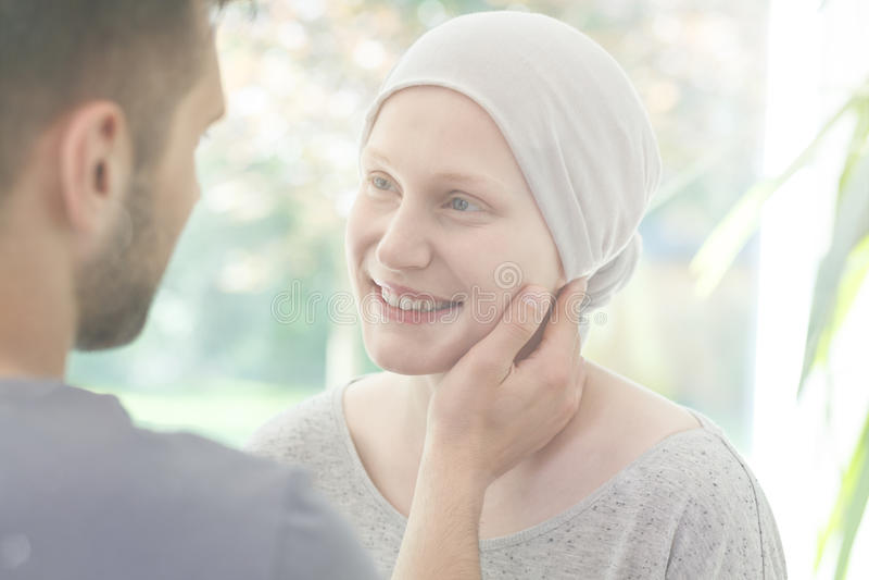 Fille de sourire souffrant du cancer photos stock
