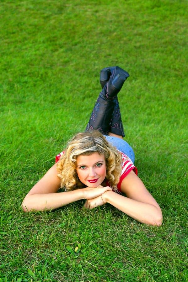 Fille de sourire sur l'herbe photo libre de droits