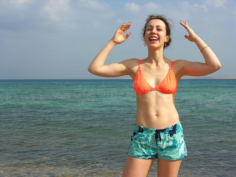 Fille de sourire sur la plage photographie stock libre de droits