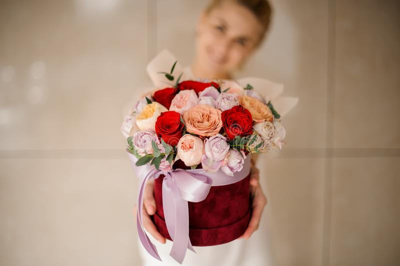 Fille de sourire tenant un bouquet des roses photos stock