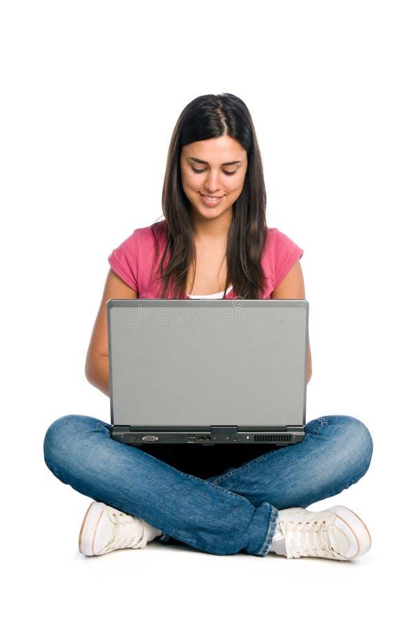 Fille de sourire travaillant sur l'ordinateur portatif images libres de droits