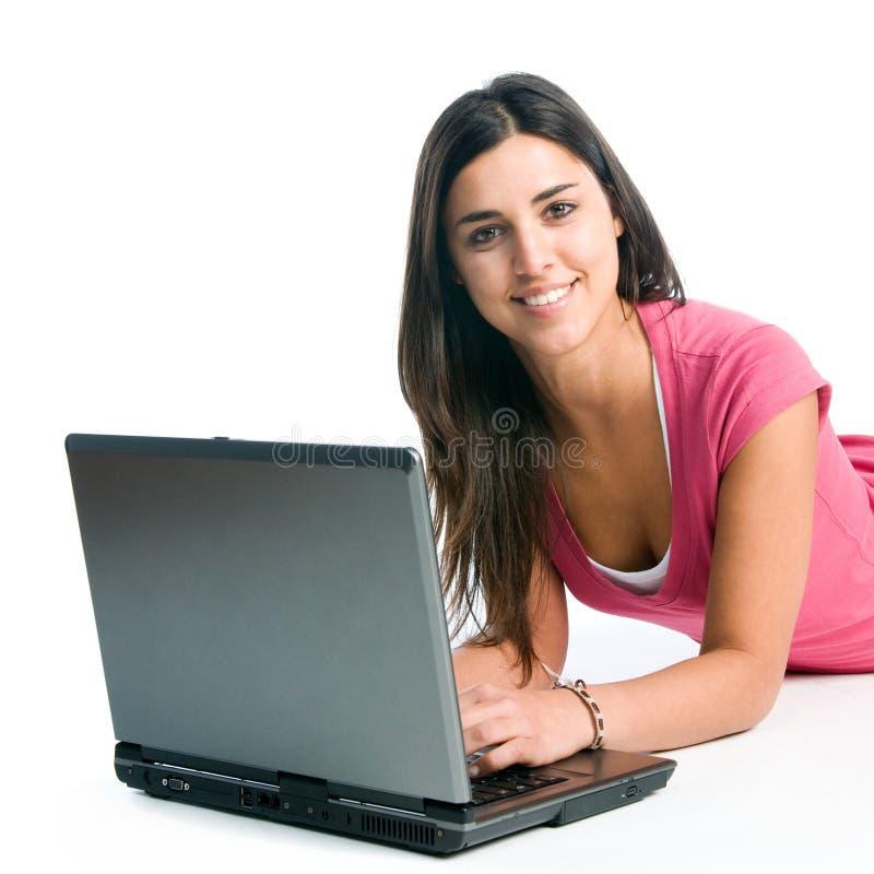 Fille de sourire travaillant sur l'ordinateur portatif photographie stock libre de droits
