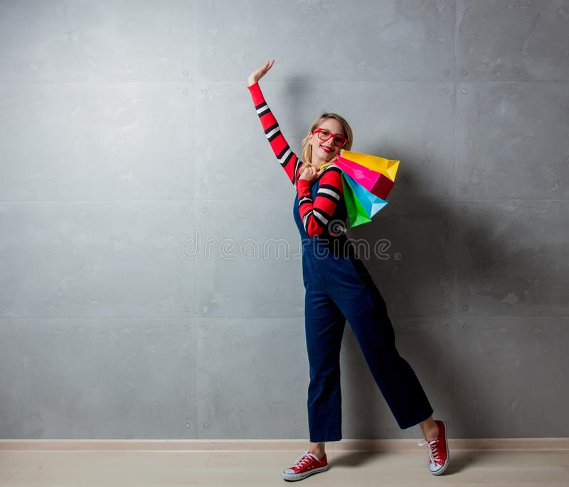 Fille de style dans des vêtements de jeans avec des paniers photo libre de droits