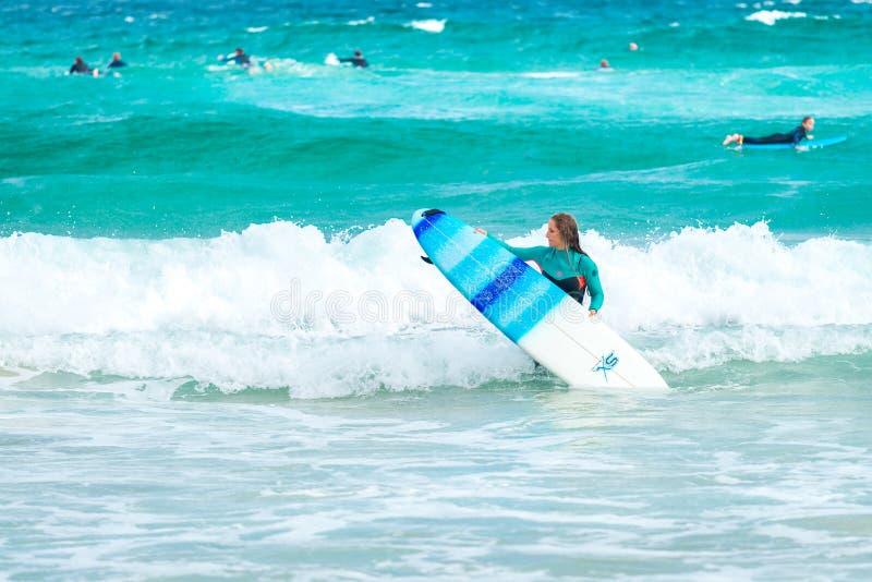 Fille de surfer à la plage de Bondi photos stock