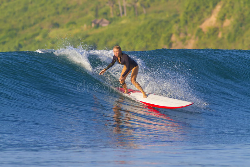 Fille de surfer. image stock