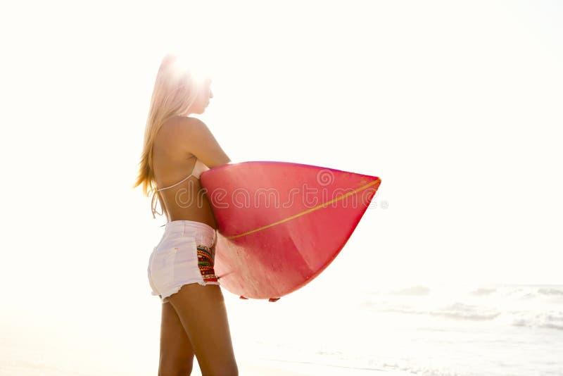 Fille de surfer photo libre de droits