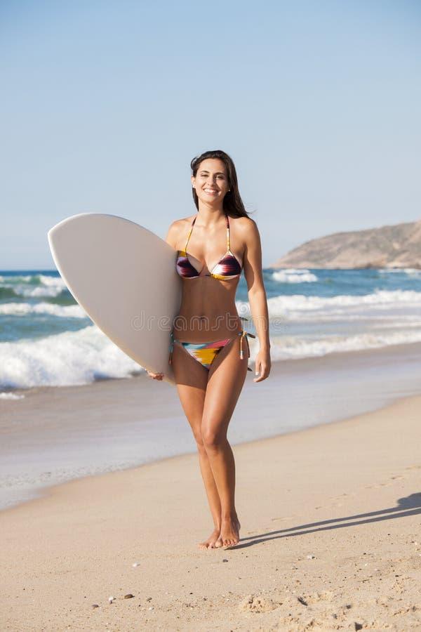 Fille de surfer avec sa planche de surf image libre de droits