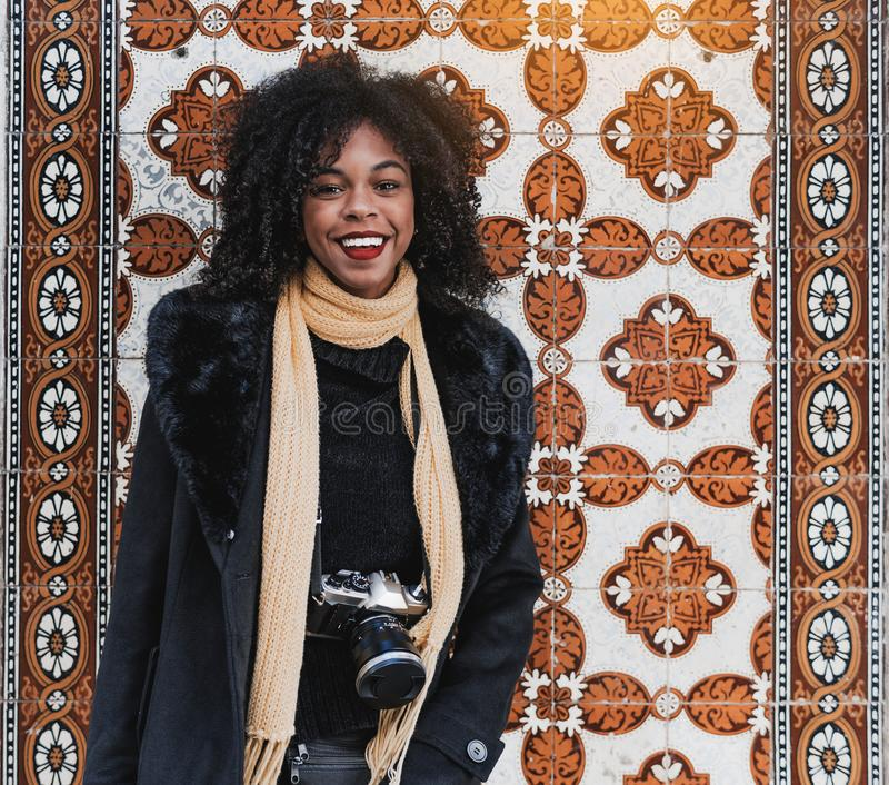 Fille de touristes Biracial, mur d'Azulejo photo stock