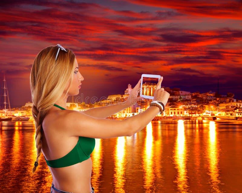 Fille de touristes blonde prenant des photos d'horizon d'Ibiza photos libres de droits