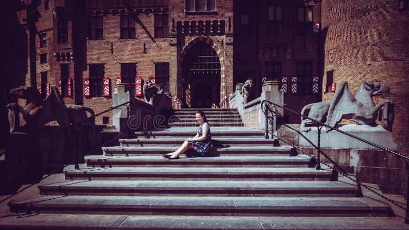 Fille de touristes dans l'entrée du De Haar Castle images libres de droits