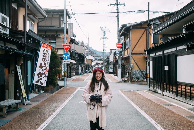 Fille de touristes et unidentify des personnes dans Takayama Japon photographie stock libre de droits