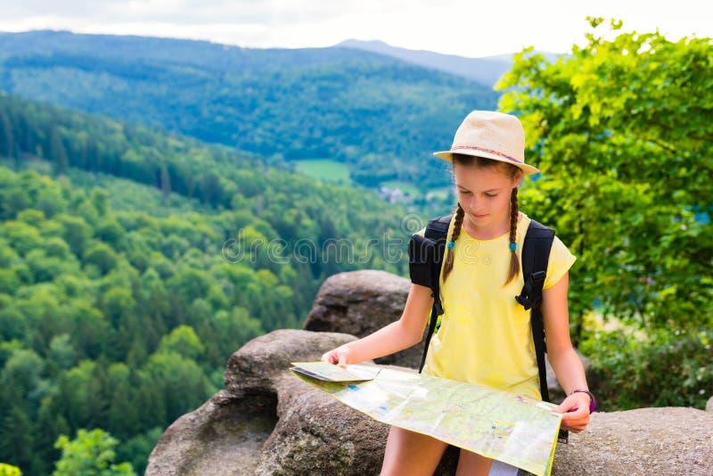 Fille de touristes de jeune hippie tenant et regardant la carte en voyage ; vie photos stock