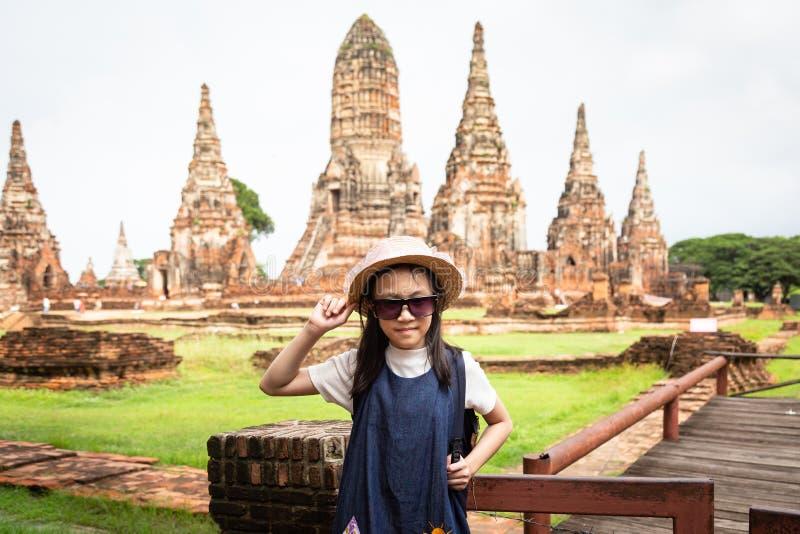 Fille de touristes de sourire heureuse mignonne, relaing appréciant le déplacement photo libre de droits