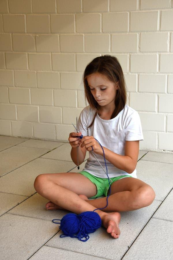 Fille de tricotage d'adolescent photographie stock