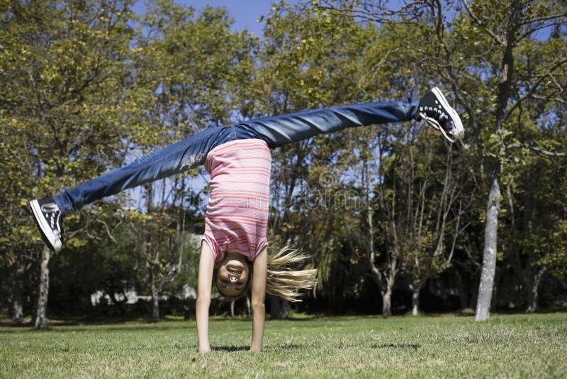 Fille de Tween faisant la gymnastique photos libres de droits