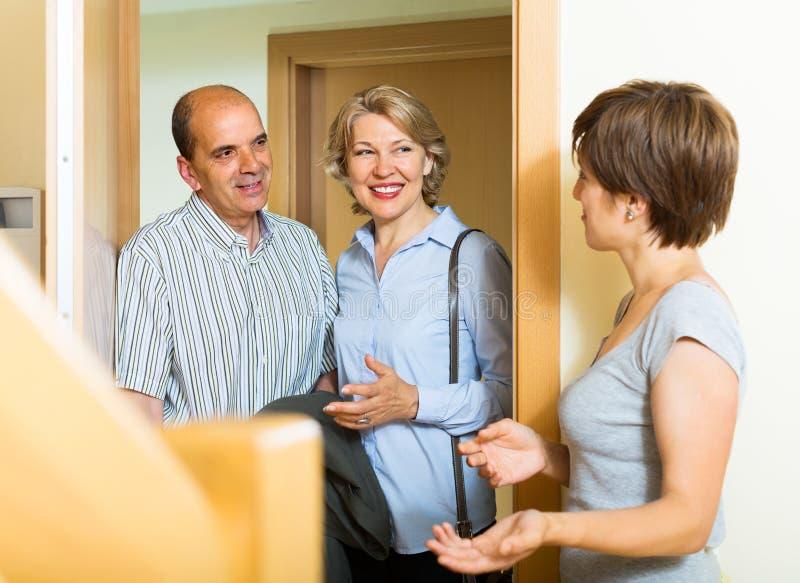 Fille de visite de couples pluss âgé heureux de famille images libres de droits