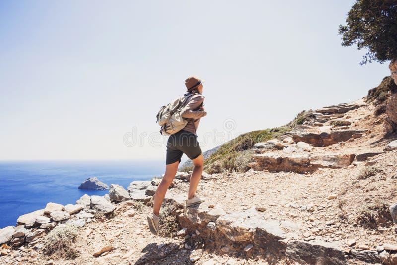 Fille de voyageur de randonneur sur un sentier de randonnée, un voyage et un concept actif de mode de vie photographie stock libre de droits