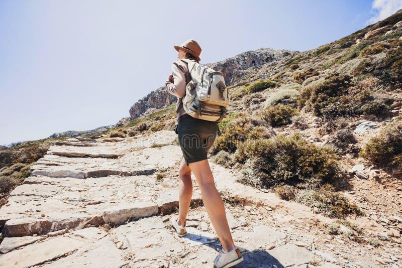 Fille de voyageur de randonneur sur un sentier de randonnée, un voyage et un concept actif de mode de vie image libre de droits
