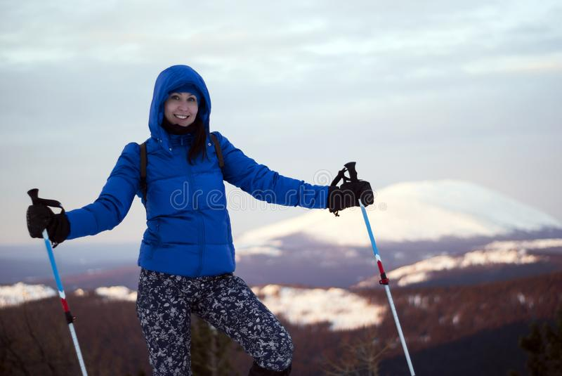 Fille de voyageur en montagnes d'hiver images stock