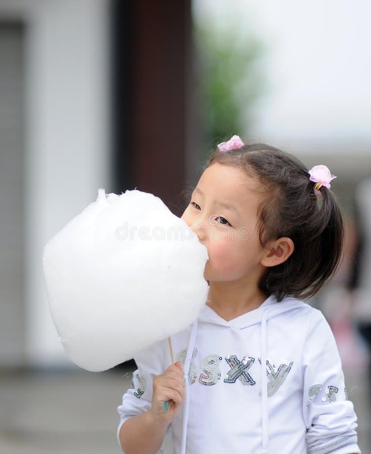 Fille de Yong mangeant la sucrerie de coton photos libres de droits