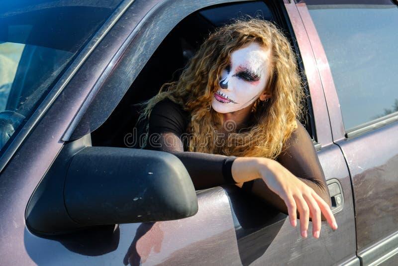 Fille de zombi avec des yeux au beurre noir et une bouche ensanglantée Halloween photo stock