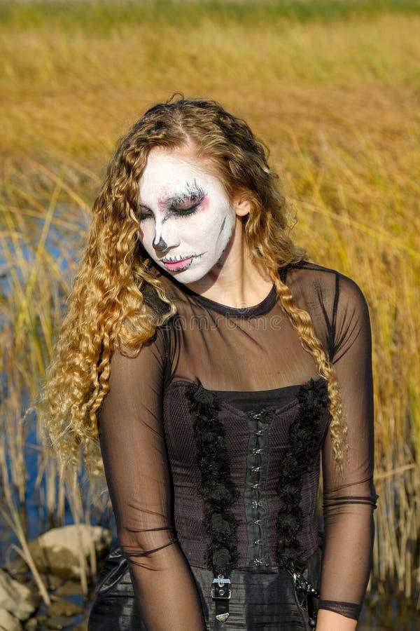 Fille de zombi avec des yeux au beurre noir et une bouche ensanglantée Halloween photos libres de droits