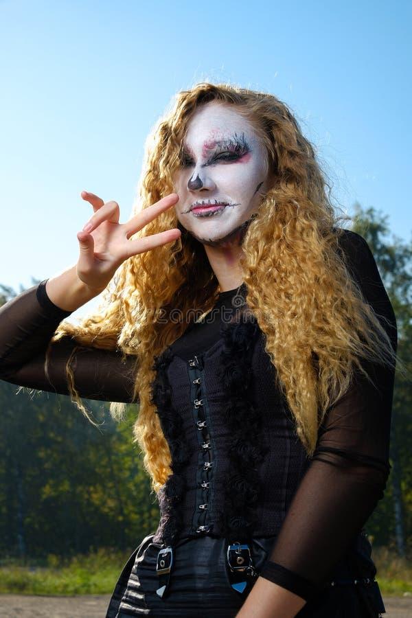 Fille de zombi avec des yeux au beurre noir et une bouche ensanglantée Halloween photographie stock libre de droits