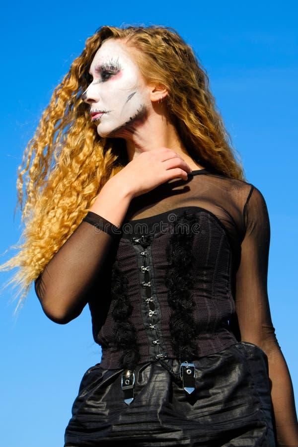 Fille de zombi avec des yeux au beurre noir et une bouche ensanglantée Halloween photographie stock