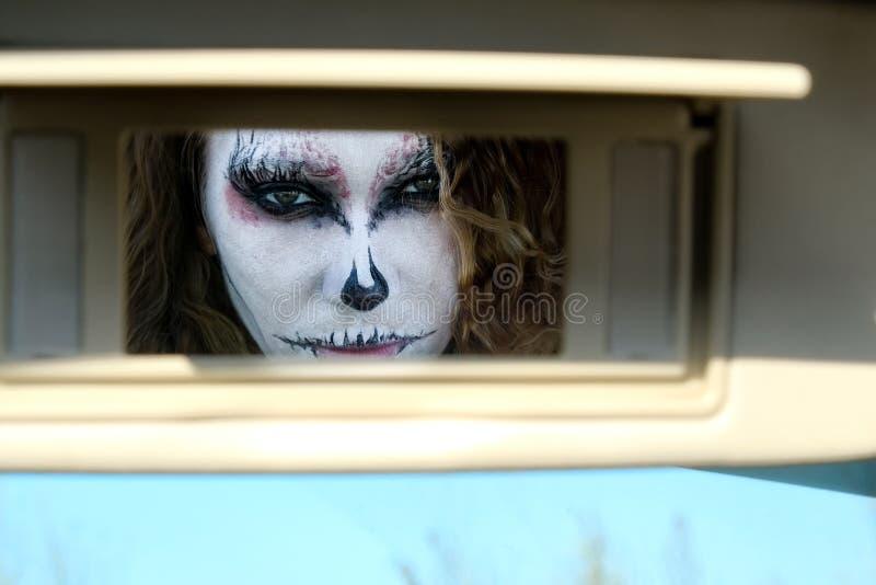 Fille de zombi avec des yeux au beurre noir et une bouche ensanglantée Halloween images stock