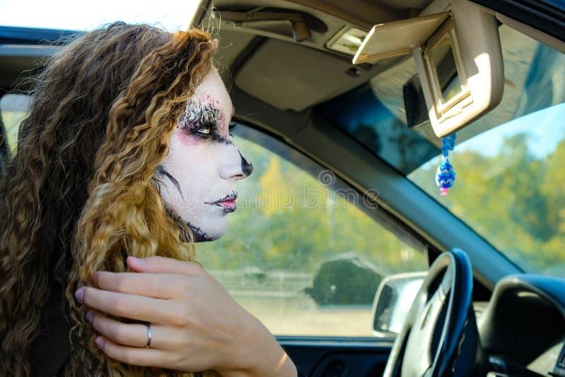 Fille de zombi avec des yeux au beurre noir et une bouche ensanglantée Halloween photos stock