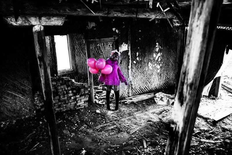 Fille de zombi dans un manteau assez rose photo stock