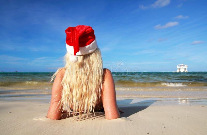 Fille des Caraïbes de Noël sur la plage images stock