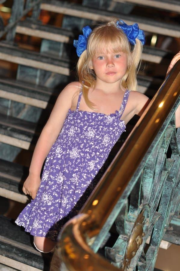 Fille descendant les escaliers photo libre de droits