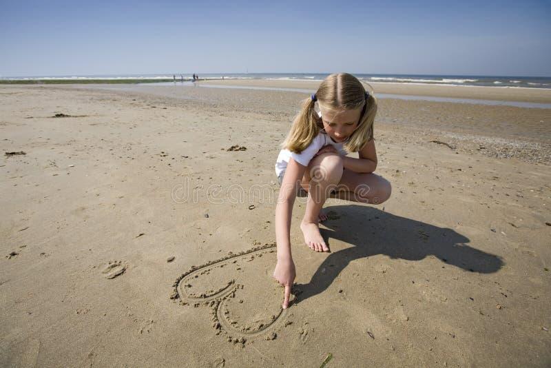 Fille dessinant un coeur photographie stock
