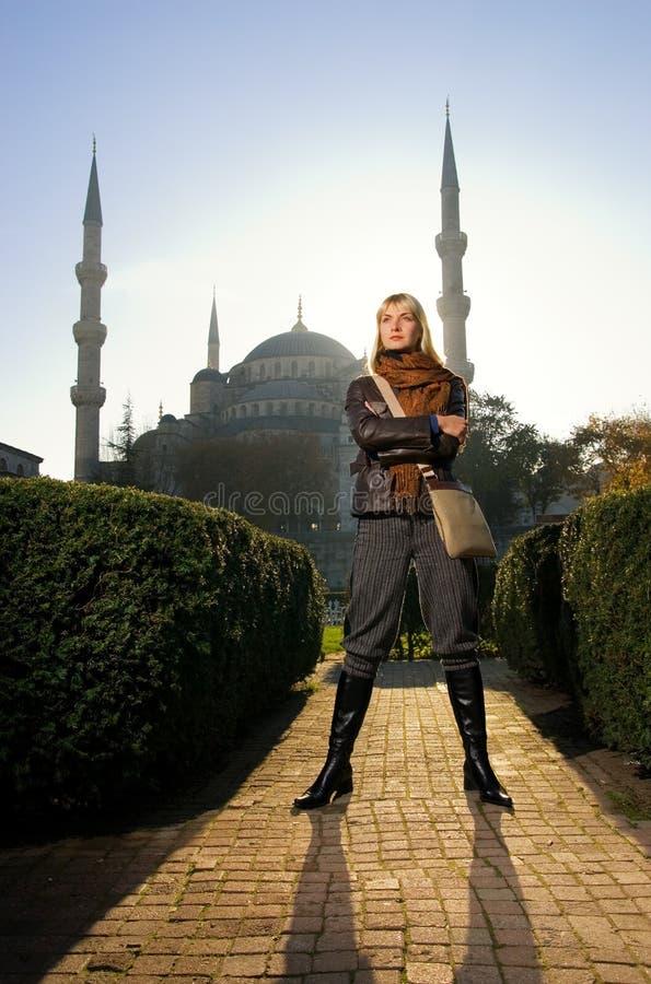 Fille devant la mosquée bleue photographie stock libre de droits