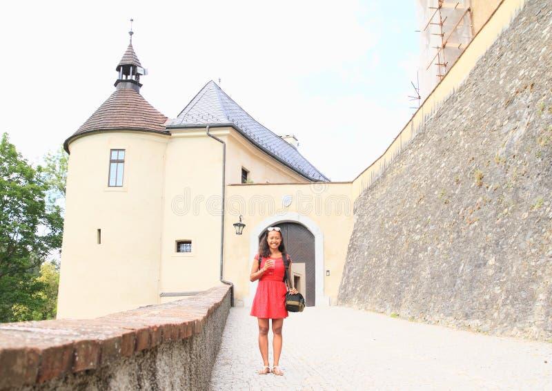 Fille devant la porte d'entrée du château Tchèque Sternberk image libre de droits