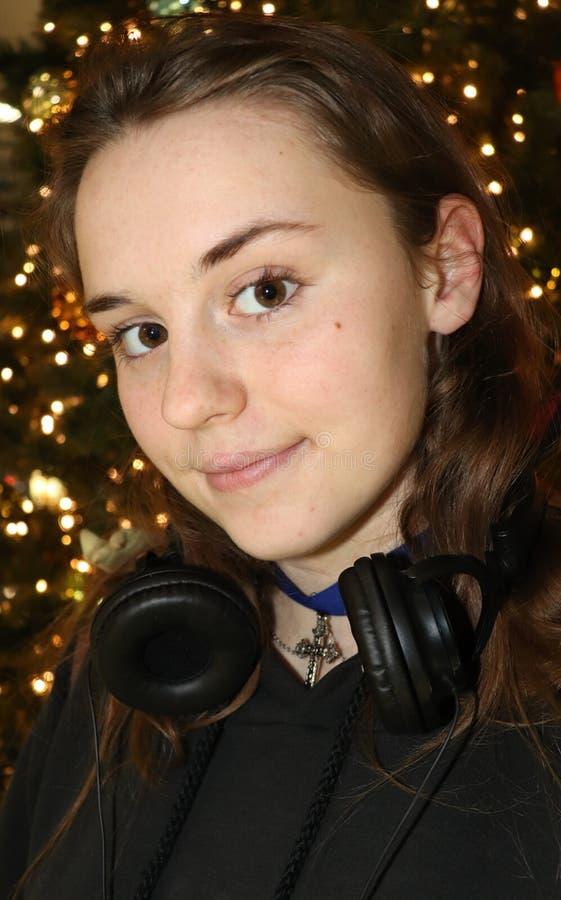 Fille devant un arbre de Noël à l'aéroport de Koln photos libres de droits