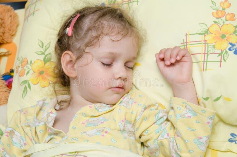 Fille dormant dans le bâti image libre de droits