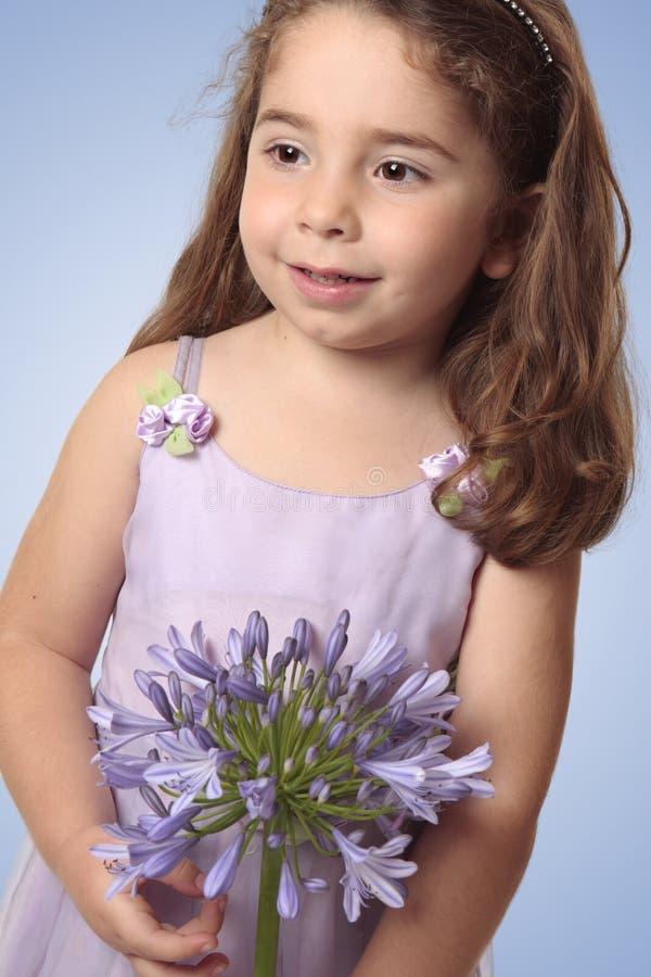 Fille douce avec la fleur de lis photographie stock libre de droits