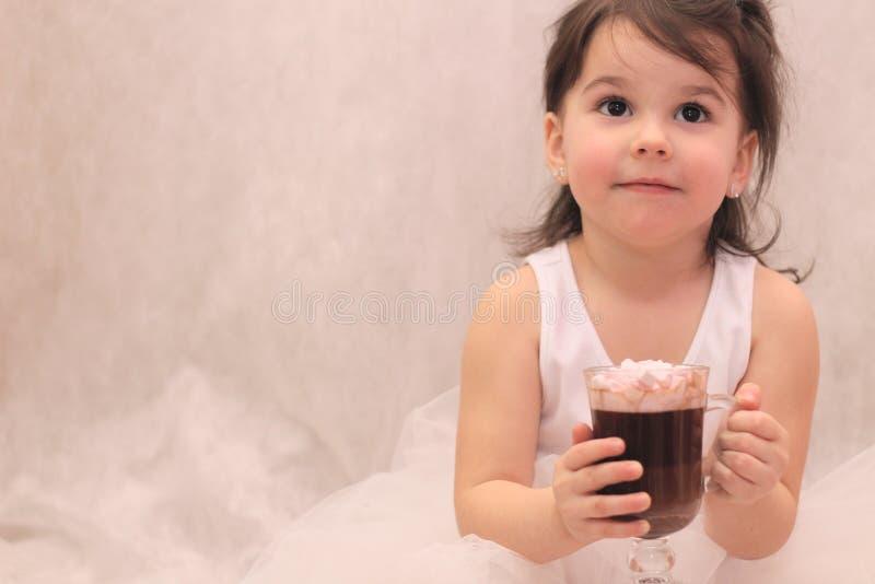 fille drôle dans le tutu de ballerine avec un verre de boisson chaude dans des ses mains photo libre de droits