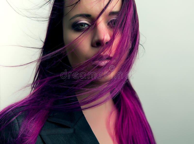 Fille dramatique de portrait avec dénommer les cheveux rouges photos stock