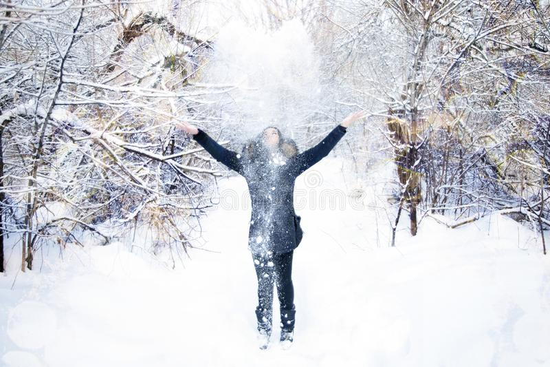 Fille dupant autour dans la neige photo libre de droits