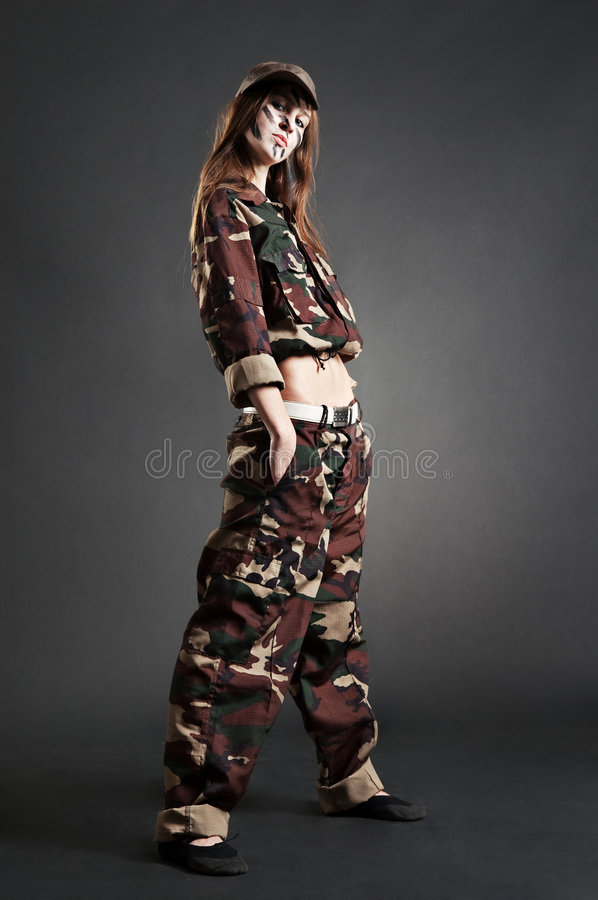Fille dure dans le camouflage photo libre de droits